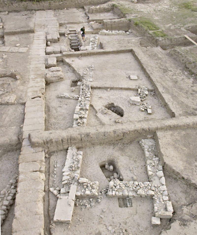 Πρώιμο αρχαϊκό κτίριο που συνορεύει με το ιερό