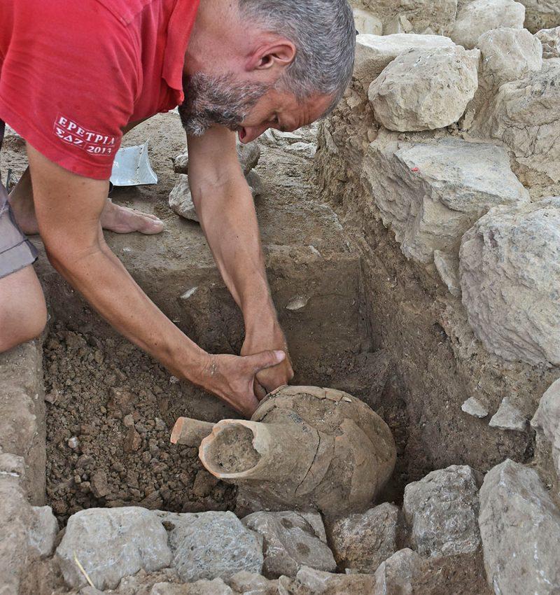 Ανασκαφή οινοχόης του τέλους του 8ου αι. π.Χ.